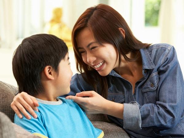 Bố mẹ nên thường xuyên tâm sự với trẻ