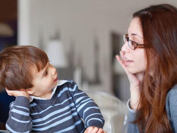 Bố mẹ nên hướng dẫn và phân tích những cảm xúc của bé ở các thời điểm