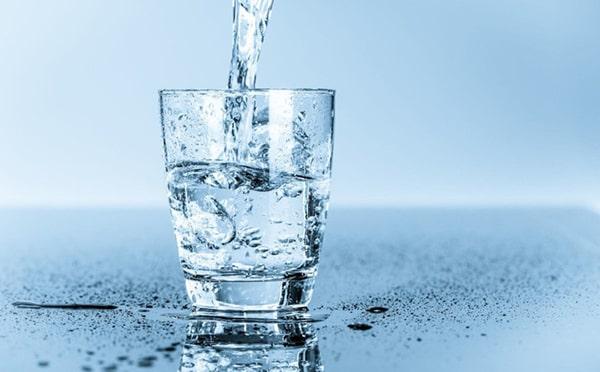 Uống đủ nước giúp bạn phòng chống được bệnh táo bón