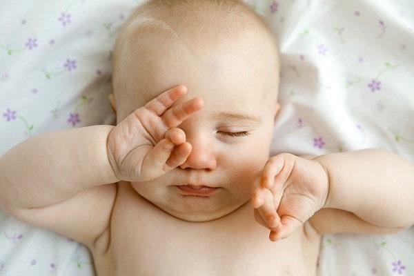 Một số nguyên nhân khiến trẻ sơ sinh hay giật mình