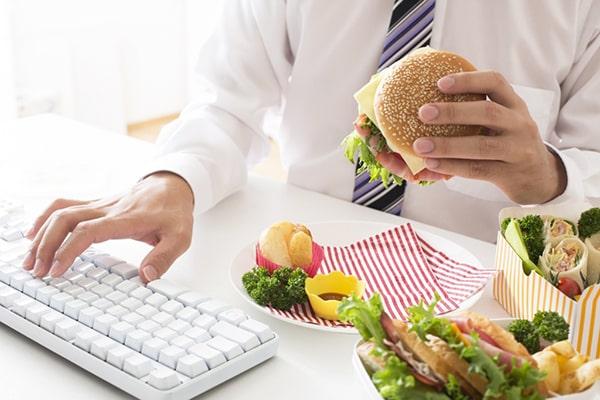 Thói quen ăn uống thiếu khoa học gây ra táo bón