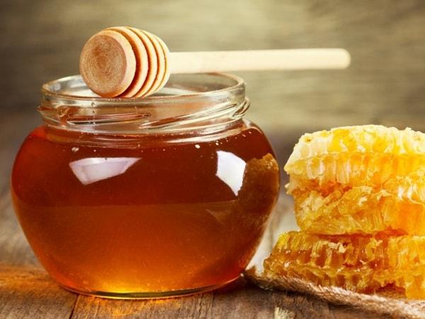 Chất đường trong mật ong có tác dụng mềm phân, trị táo bón