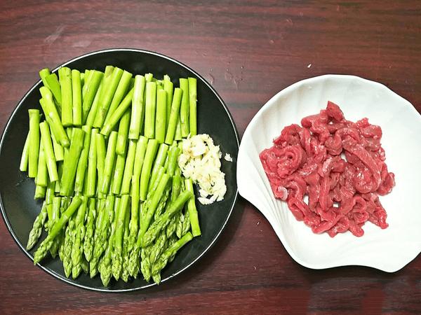 Nguyên liệu để làm món thịt bò xào măng tây