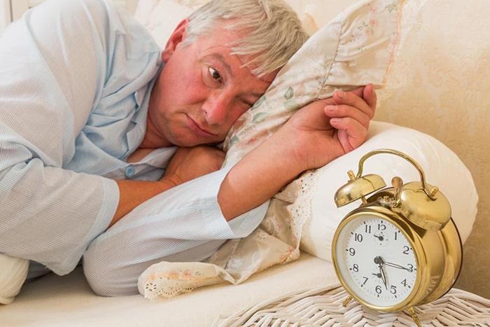 Thoái hóa khớp gây cảm giác đau nhức khiến mất ngủ, ngủ không sâu giấc