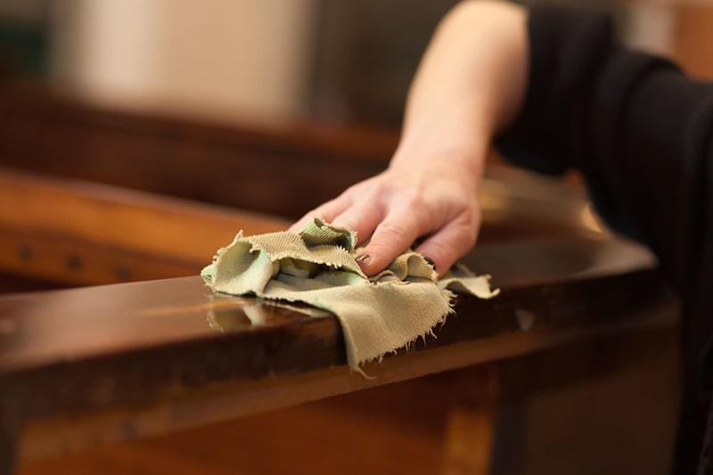 Bạn có thể pha loãng giấm để làm sạch bề mặt gỗ