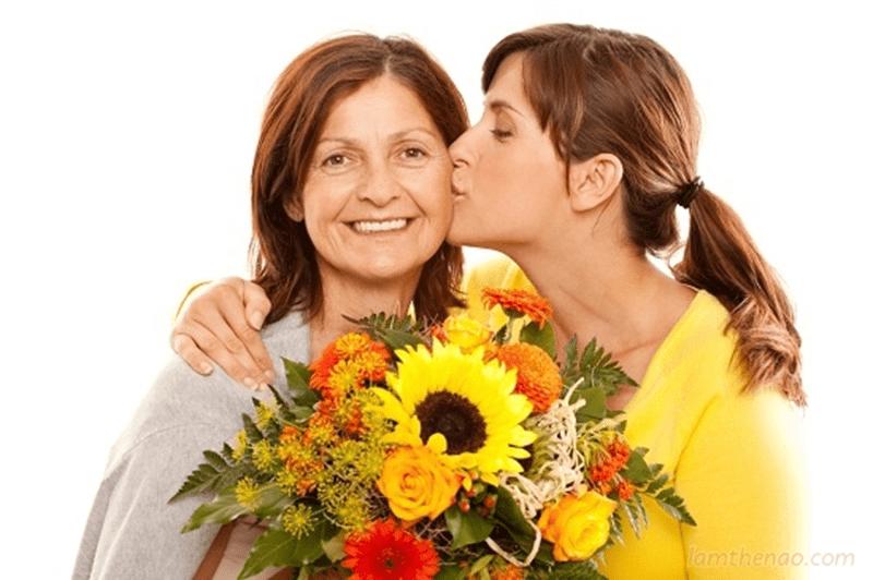 Người phụ nữ nào cũng sẽ thấy vui lòng nếu được tặng hoa